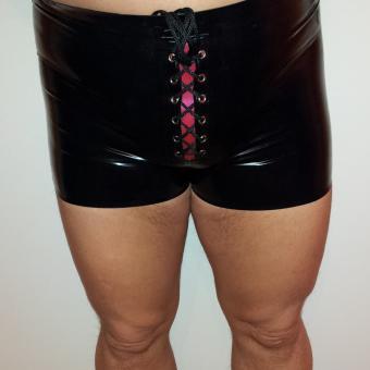 Latex-Boxershorts- mit Schnürung, was sonst?