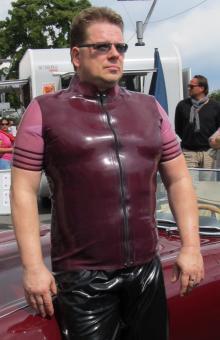 Sportlich-elegantes Shirt: kleiner Stehkragen, Ärmel in Zweitfarbe mit Zierstreifen
