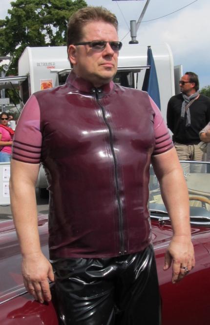 Sportlich-elegantes Shirt: kleiner Stehkragen, Ärmel in Zweitfarbe mit Zierstreifen Hauptfarbe Radical Rubber Standard | Maßanfertigung